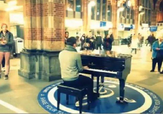 Gest superb al unui român. A cântat la pian imnul național în gara centrală din Amsterdam