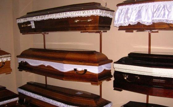 PROIECT. Mortii ar putea fi inmormantati cu bratari de identificare ale firmei de pompe funebre