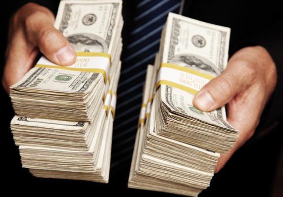 Speriati de Donald Trump, speculatorii fug de dolar