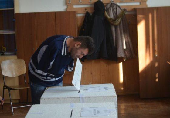 In timp ce 3 sferturi de tara se pisa pe el de vot, un tanar fara maini voteaza cu dintii