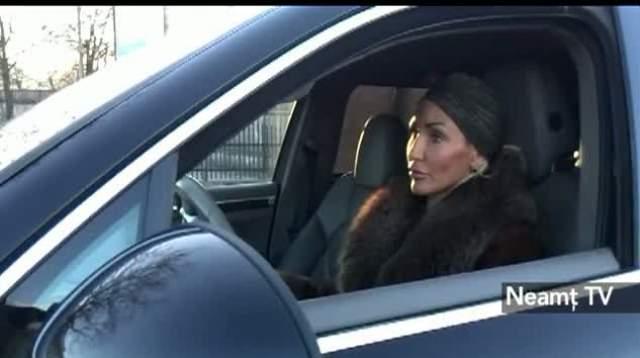 Moldoveanca asta a dat cu Porsche-ul peste un politist! Uite cat tupeu are si cum l-a trantit pe agent la pamant dupa ce l-a lovit!